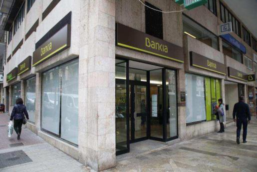 Bankia está cambiando todos los logos de BMN-Sa Nostra en las oficinas de Balears.