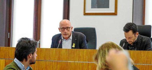 El teniente de alcalde de Vila Joan Ribas y el alcalde de la ciudad, Rafa Ruiz, durante uno de los últimos plenos celebrados en Can Botino.