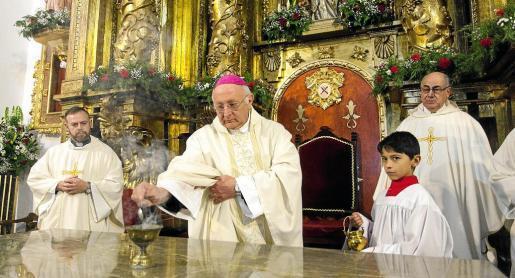 Momento en que el obispo Vicente Juan Segura bendice el altar del Puig de Missa.