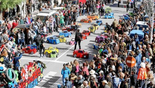 Los coloridos y originales 'Transformers' del colegio de S'Olivera y su magnífica puesta en escena fueron lo más destacado del carnaval de la ciudad de Ibiza.
