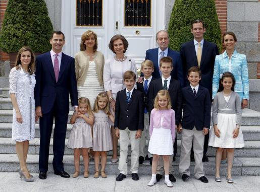Los Reyes de España posan junto a los Príncipes de Asturias y sus hijas, las Infantas Leonor (4i) y Sofía (3i); la Infanta Elena y sus hijos, Felipe Juan Froilán (2d) y Victoria Federica (d), y los Duques de Palma y sus hijos, Pablo Nicolás (5i), Juan Valentín (3d-segunda fila), Irene (3d-primera fila) y Miguel (4d-segunda fila) durante la comunión de éste último.
