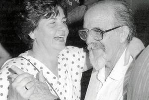 El matrimonio feliz de Catalina Ferrer y Tur Ramis bailando en la fiesta de la Nit de Sant Joan de 1988.