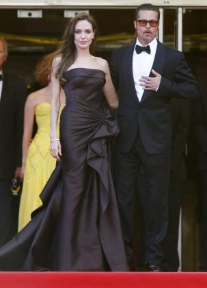 """El actor estadounidense Brad Pitt (i) y su esposa Angelina Jolie a su llegada a la proyección de la película """"The tree of life"""" (""""El árbol de la vida"""") durante la 64 edición del Festival de Cine de Cannes."""