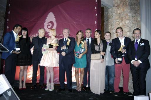 Todos los ganadores posan con Rossy del Palma y Oscar Higares al final de la gala.