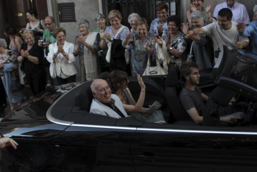 Joan Bibiloni y Nikoleta Sekulovic llegaron al Teatre Principal de Maó en un descapotable.