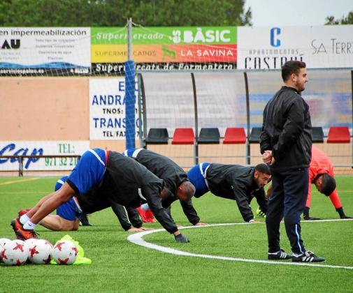 Una imagen de la sesión de entrenamiento celebrada anteayer por el Formentera en el Campo Municipal de Sant Francesc Xavier.