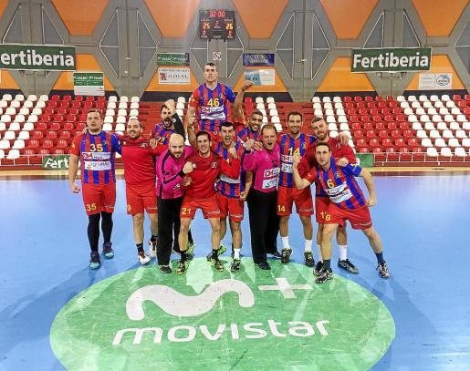 Los jugadores del Almoradí celebran la victoria de la semana pasada en la pista del Puerto Sagunto.