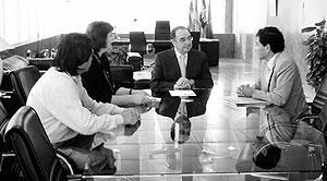 Pere Palau y la consellera de Participació Ciutadana, Carmen Domínguez, reciben en el Consell al Presidente y Vicepresidente de la nueva asociación de la Casa de Perú en las Pitiüses.