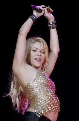 """La cantante colombiana Shakira durante el concierto que ofreció en el estadio Lluis Companys, en Barcelona, dentro de su gira """"Sale el Sol"""".."""