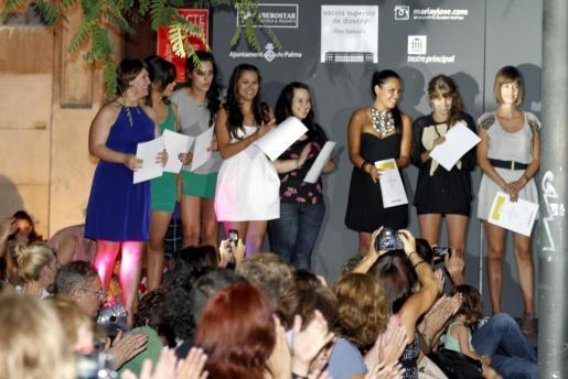 Algunas alumnas de la Escola de Disseny reciben la ovación del público después de mostrar su talento.