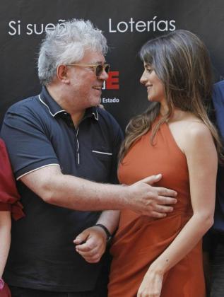 Penélope Cruz y Pedro Almodóvar, durante la inauguración de la Calle de las Estrellas.