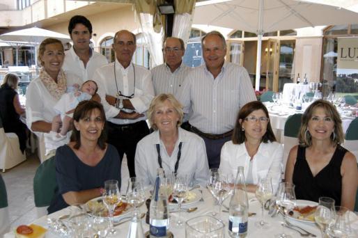 Clara Roig con la pequeña Neus, Mateu Palmer, Marga Fiol, Antoni Miralles, Pedro Fluxà, Gerry Hanke, Kiko Roig, María Cantallops y Francisca Cañellas.