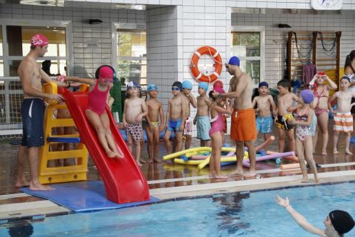 La natación en la gran piscina del campus atrajo ayer a numerosos grupos de niños y niñas.