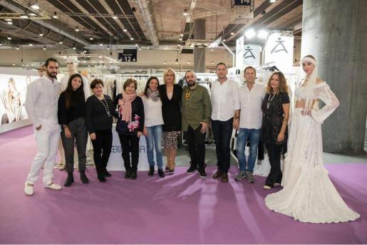 Los diseñadores presentes en la feria, Ichiana Ibiza, las hermanas Riera de Ibimoda, Dira Moda Ibiza, la consellera ibicenca Marta Díaz, Tony Bonet, Vintage Ibiza y Virginia Vald, flanqueados por dos modelos Adlib.