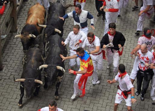 Los toros de la ganadería gaditana de Torrestrella han inaugurado hoy los encierros.