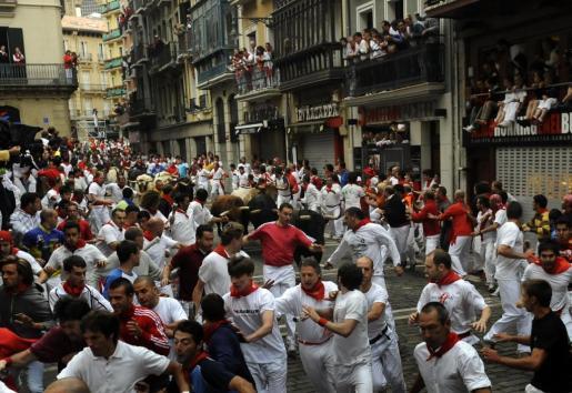 Los corredores en la esquina de Estafeta durante el desarrollo de sesiones de los toros en los encierros de San Fermín en Pamplona 13 de julio 2011.