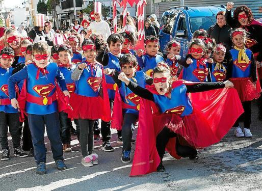 Niños y niñas desde los 3 hasta los 10 años desfilaron ayer por las calles de Sant Antoni en la rua de su colegio.