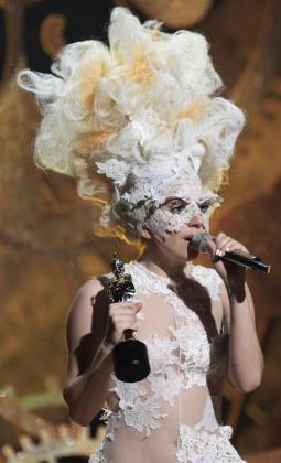 La cantante apareció con uno de sus habituales looks extravagante.