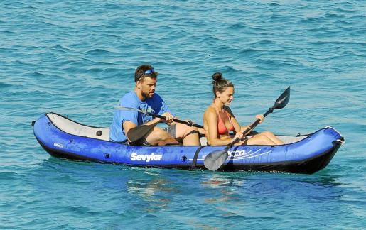 El jugador de baloncesto disfrutando de un paseo en kayak junto a su pareja.