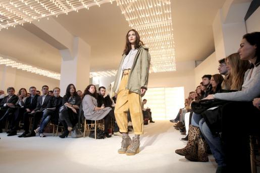 """Diseño de la nueva colección de la creadora Carmen March presentada dentro del programa """"off"""" de Cibeles Madrid Fashion Week."""