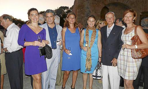 Silvia Chaves, Juan Buades, Irene Jover, María Salom, Tomeu Torrens y Marilena Jover, en el cóctel posterior al acto de entrega de la Medalla al Mérito en el Trabajo.