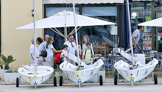 Doña Sofía y la infanta Elena llevaron a Froilán y Victoria Federica a su primer día de clase de vela.
