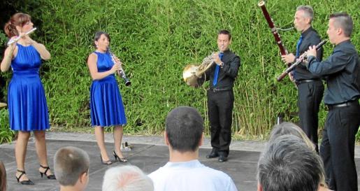 El quinteto Lluís Vives en plena actuación. De izquierda a derecha, Mayte Abargues, Sílvia Insa, José F. Fortea, Josep Tatay y Carlos Fortea.