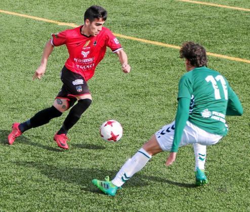 Crespo conduce la pelota ante la presión de un rival durante un partido del Formentera de la presente temporada.