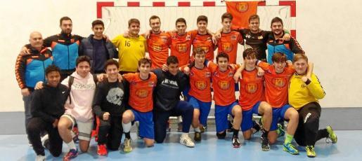 Los componentes del HC Eivissa juvenil posan felices tras ganar la liga.