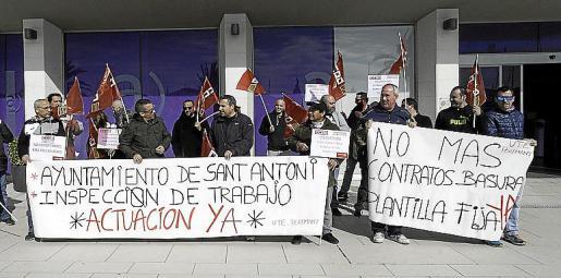 Trabajadores de la empresa de limpieza y representantes de CCOO se concentraron ayer a las puertas del Ayuntamiento de Sant Antoni.