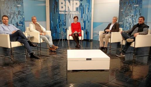 Antonio Villalonga, Gianandrea Di Terlizzi, Nuria Arias, Enric Casanova y Santi Marí en el debate del 'Bona nit Pitiüses'.