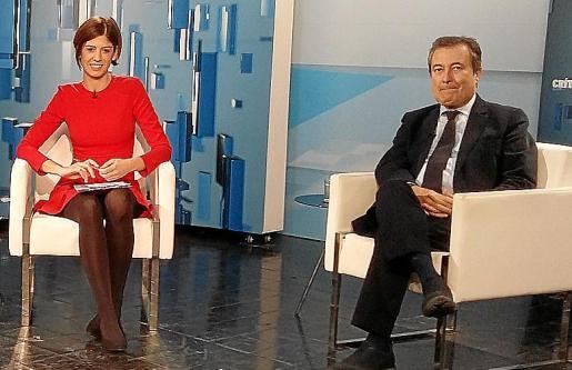 Gual de Torrella junto a la periodista Núria Arias.