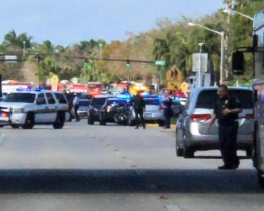 Agentes de policía tras el tiroteo en un colegio de Florida.