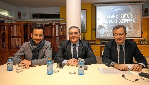 Rafel Ruiz, el presidente del Club Náutico de Ibiza, Joan Marí, y el presidente de la APB, Joan Gual de Torrella, antes de iniciar la conferencia.