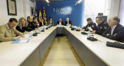 Imagen de la Junta Local de Seguridad de Sant Antoni, presidida por el alcalde, Pep Tur 'Cires', junto a la directora insular, Neus Marí.