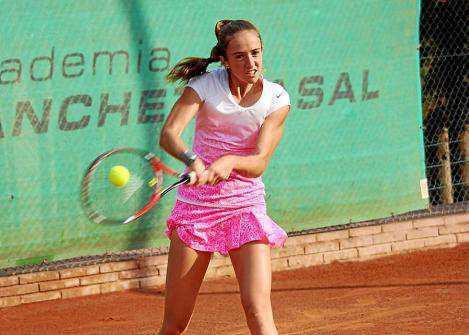 La tenista formenterense Gemma Lairón golpea la pelota durante un partido.
