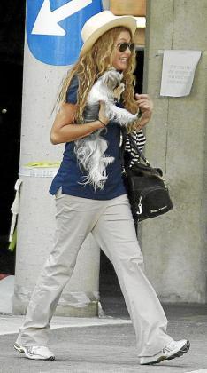 Paulina con su precioso yorkie tras haber hecho pipí en el cesped.