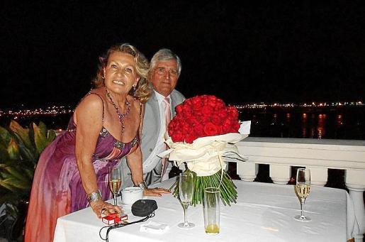 Marga Thomás y Gabriel Morlá preparando la llegada de sus invitados.