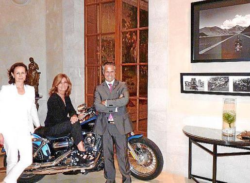 Christine Crespo, Elsa Gallego y John Veensma, ante las fotos de Gallego.