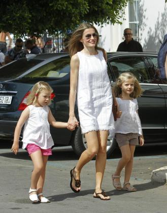La princesa de Asturias, con sus hijas Leonor (dcha) y Sofía, llega hoy al Real Club Náutico de Palma para seguir la Copa del Rey Audi Mapfre de Vela, en la que compiten su marido, Don Felipe, y la infanta Cristina.