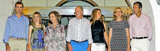 Los reyes, los príncipes de Asturias, la infanta Elena y los duques de Palma posan a su llegada al Club Náutico de la capital mallorquina para asistir a la cena conmemorativa del 30º aniversario de la Copa del Rey de Vela.