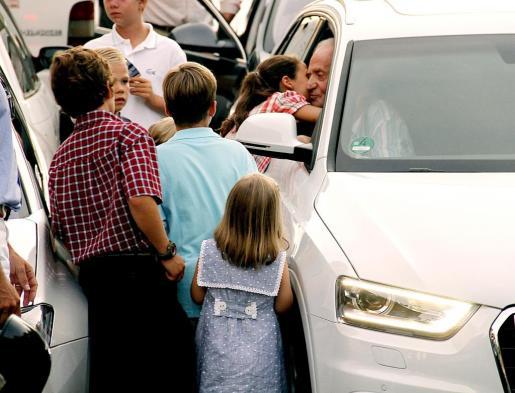 Don Juan Carlos sin salir del vehículo se despidió de sus nietos, hijos, yerno y nuera.