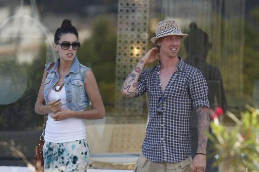 El futbolista Guti junto a sun ovia Noelia López, durante su estancia en Eivissa.
