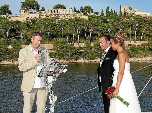 Un momento de la ceremonia civil celebrada en el mar, frente a La Fortaleza.
