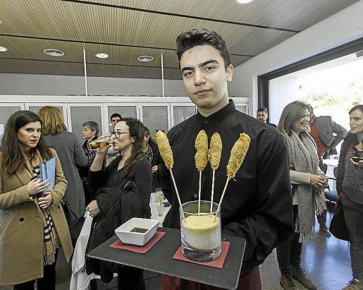 Los estudiantes del ciclo de Cocina y Restauración del IES Balàfia mostraron a los empresarios todo su buen hacer.