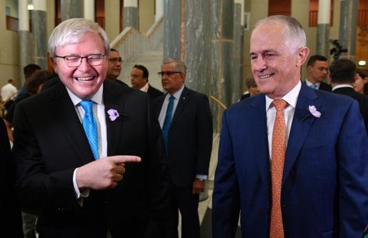 """El exprimer ministro australiano Kevin Rudd (i) y el actual primer ministro, Malcolm Turnbull (d), conversan el pasado 13 de febrero de 2018 durante un evento que marca el décimo aniversario de la """"Disculpa Nacional"""" de Australia a los indígenas en el Parlamento en Canberra (Australia)."""