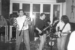 Jesús (cantante), Romi (batería), Lucho (bajista) y Edu (guitarrista) son los componentes de esta formación musical.