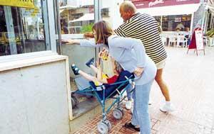 Como se ve en la imagen, Clea necesita la ayuda de otra persona para acceder a la oficina. Foto: VICENÇ FENOLLOSA.