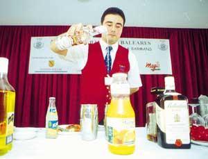 Uno de los concursantes se dispone a preparar su cóctel con todos los ingredientes a mano. FOTOS: GERMAN G. LAMA