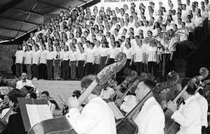 La coral escolar, junto con la Orquestra Simfónica, ofrecieron una selección de temas populares de Balears. FOTO: J.R.